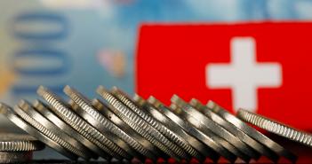 Jedna z najväčších švajčiarskych bánk je nútená pridať možnosť investície do kryptomien